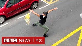 肺炎疫情:西班牙舞蹈員將丟垃圾變成藝術 居民掌聲雷動- BBC News 中文