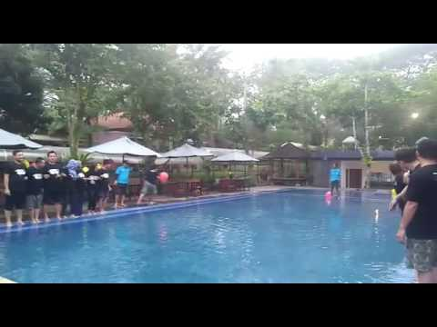Fun game, seru seruan di kolam renang PT. Power switch di villa bukit pinus.