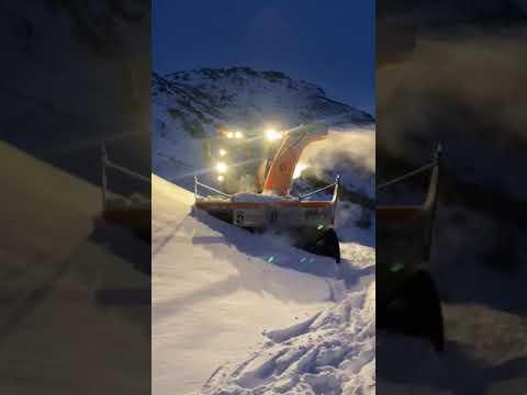 La quitanieves limpia el acceso a Torrestío en León tras la nevadona