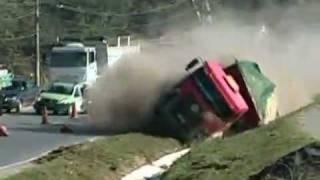 Acidente Caminhão tomba em rodovia de Minas Gerais - Belo Horizonte - Truck Accident Unguided
