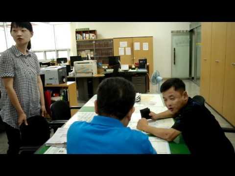 친절하고 유연히 상담하는 제천 교동 동사무소 동장과 직원들