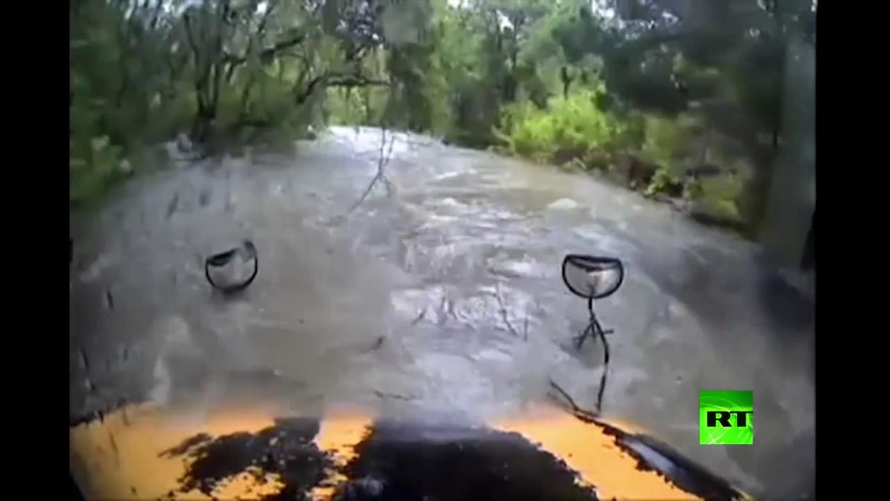 فيديو يظهر لحظة انزلاق حافلة عن طريقه وجرها بمياه مرتفعة جراء فيضانات في تكساس