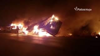 Ônibus bate de frente com carreta na BR 365 em Patos de Minas e os dois veículos pegam fogo