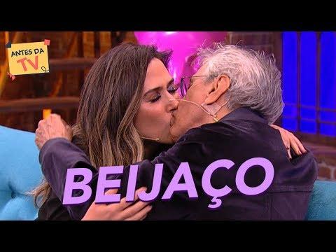 Download Caetano Veloso e Tatá Werneck dão um BEIJAÇO! 😱 | Lady Night | Nova temporada | Humor Multishow