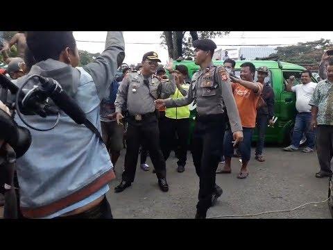 Begini Aksi Kocak Dua Personel Polisi yang Mencairkan Suasana Unjuk Rasa