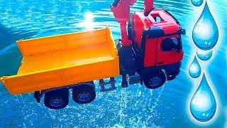 Машинки Брудер в воде! Бросаем машинки в озеро! Веселое видео о игрушках для детей Bruder Toys