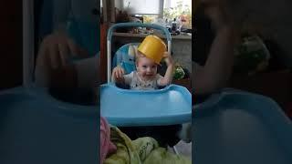малыш одевает каску, идем на войну