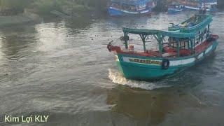 Những chiếc tàu biển chạy qua cầu tốc độ cao quá nguy hiểm.