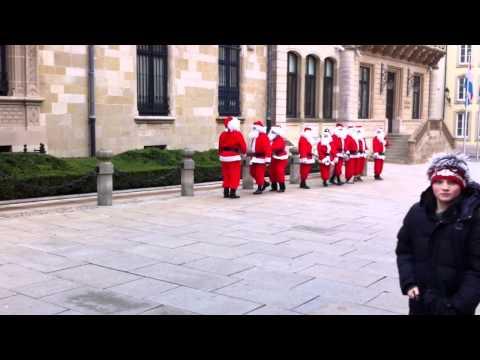 Des pères Noël devant le palais grand-ducal