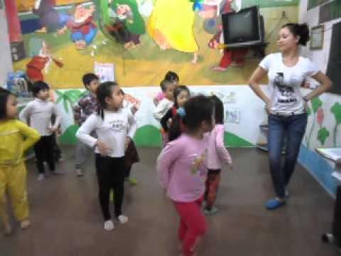 Bé học nhảy