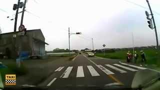 Японские дети переходят через дорогу