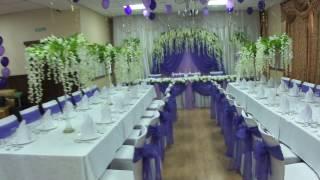 оформление фиолетовой свадьбы с глициниями кафе