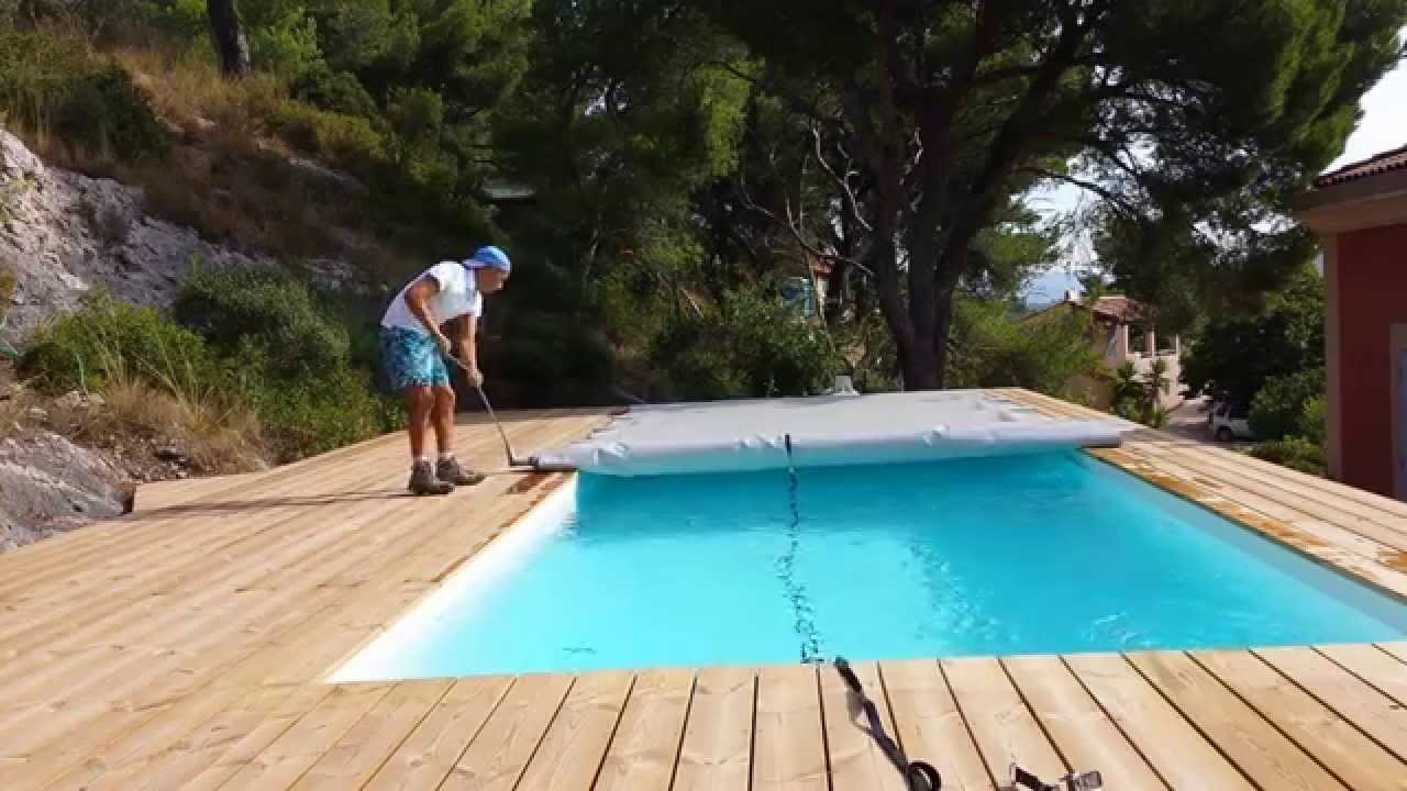 Comment enrouler une b che barres youtube for Bache a barre piscine motorise