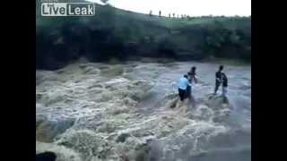 ROFLTV.RU Водопадом смыло людей(http://rofltv.ru/ Обывателей из разных стран затронуло жуткое видео, снятое возле индийского водопада Patalpani. На..., 2011-07-30T21:07:17.000Z)