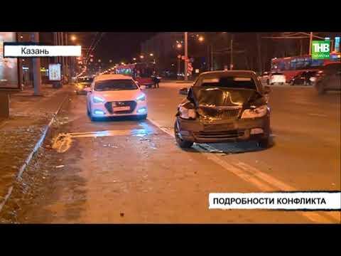 """В Казани 2 человека пострадали, разбиты несколько автомобилей в результате тарана """"Шкодой"""""""