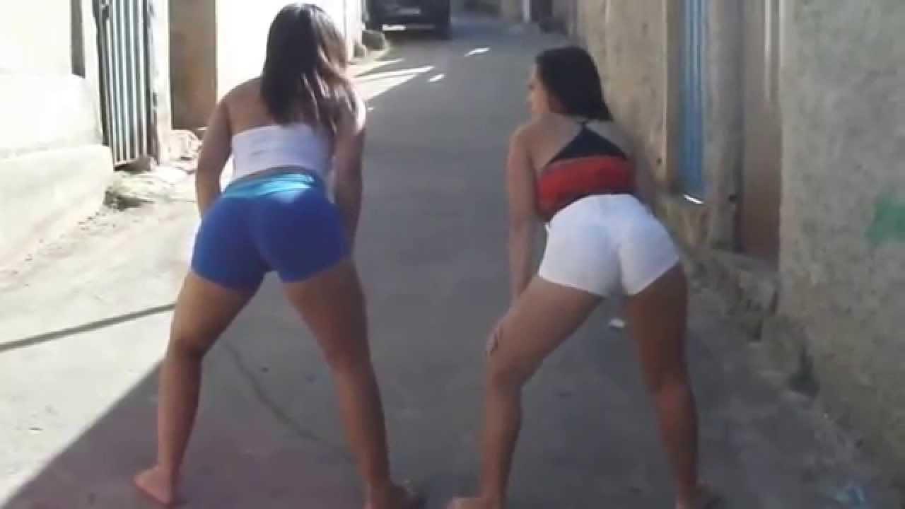 Duas gostosas dancando playlist de funk de shortinho - 3 9