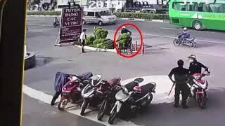 Băng trộm táo bạo dàn cảnh để trộm xe khiến hai anh bảo vệ bó tay