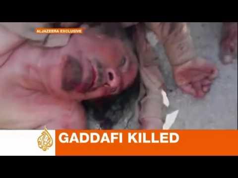 Gaddafi bị đá khi nằm chết trên đường