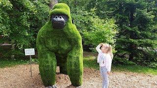 Влог: Лера в зоопарке смотрит животных и катается на аттракционах