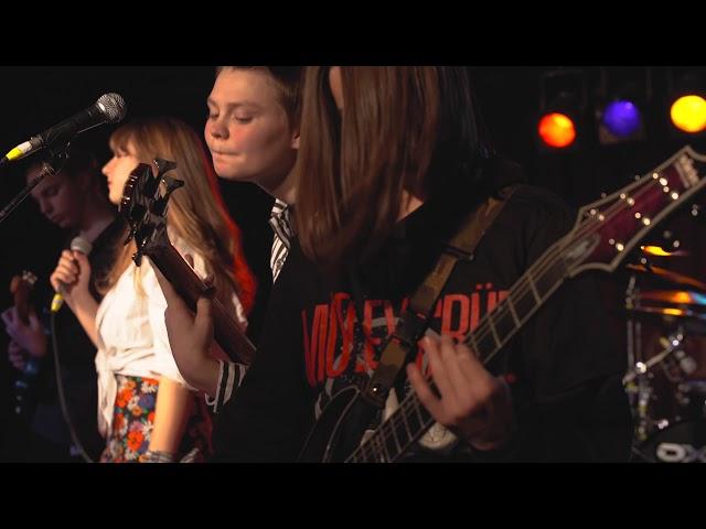09 Broken Microphone Stand - Girls, Girls, Girls (Motley Crüe)