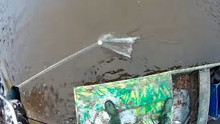 Рыбалка кастинговой сетью с лодки в мороз по омутам и ямам