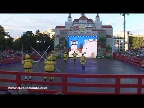 Спектакль Чиполлино на фигурных роликовых коньках.