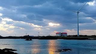 풍차와 어우러진 제주의 해오름