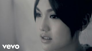 Music video by Rainie Yang performing HEI SE YUE LIANG. © 2010 Sony...