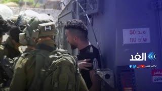 شاهد.. شاب فلسطيني أعزل يتحدى جنود الاحتلال المدججين بالأسلحة في الخليل