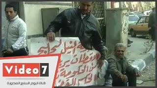 """بالفيديو.. عاملو النيل لحليج الأقطان يواصلون التظاهر أمام """"القومية للتشييد والتعمير"""""""