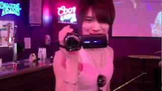 ジェジュンがビデオカメラをLAのバーで回してます。 ジュンスは無表情。...