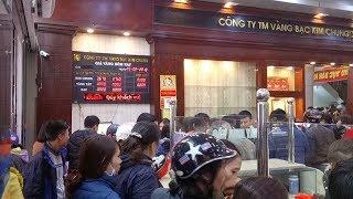 Đội mưa xếp hàng chờ mua vàng ngày vía Thần Tài