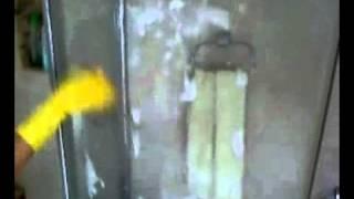Моем стеклянные стенки в душе(Если у Вас стеклянная душевая кабина, надо за ней ухаживать. Можно приучить всех членов семьи сгонять воду..., 2010-09-29T18:00:32.000Z)