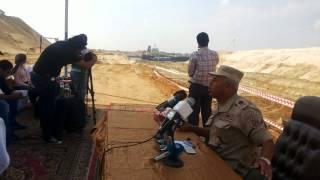 قناة السويس الجديدة : كامل الوزير يشير  الى أحدى السفن العابرة بالقناة ليؤكد عدم تأثرها بالحفر