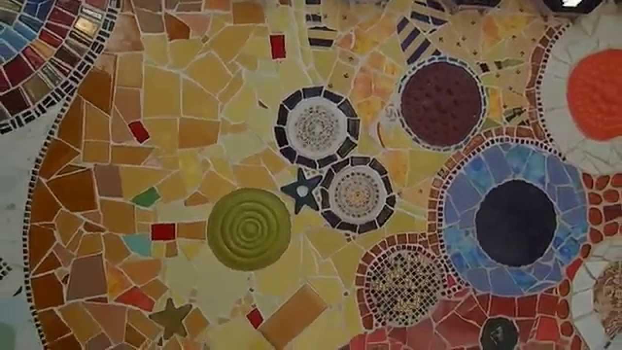 Mosaico con pezzi di ceramica di riciclo autore lino lanaro