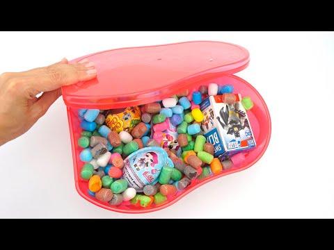 Коробка сюрпризов и игрушек из любимых мультфильмов.