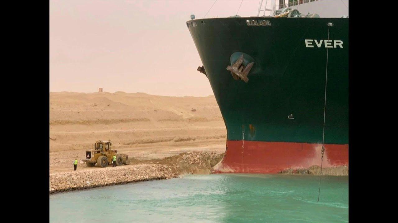 Navio encalha no Canal de Suez.