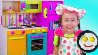 Alice finge juegar en un RESTAURANTE con cocina de juguetes