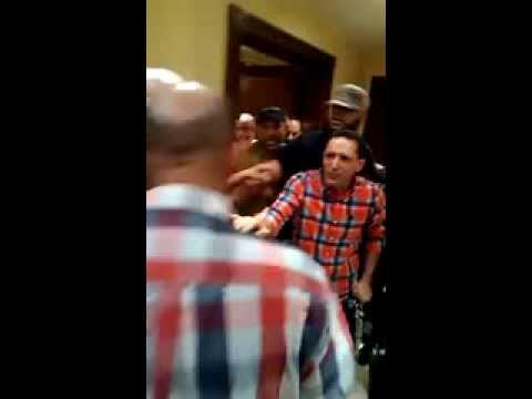 عاجل ومسرب فيديو ضرب علي زيدان  قبل خطفة من الفندق من قبل مليشيات الاخوان thumbnail