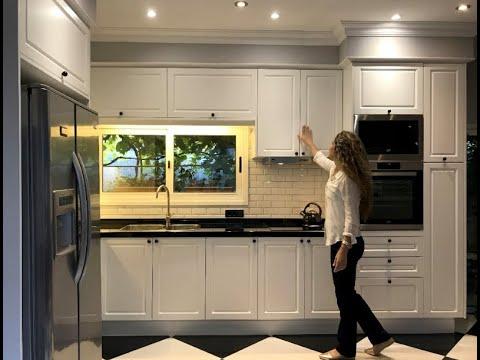 Cocina con muebles Laqueados Blancos y mesada en granito Negro Absoluto