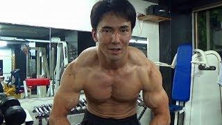 僧帽筋のトレーニング種目「シュラッグ」のやり方と効果を解説  thumbnail