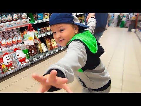 Игорь хочет новые игрушки. Игорь и папа в магазине веселятся вместе видео для детей