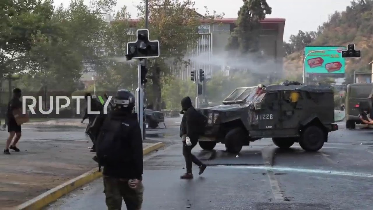 Chile: Police turn water cannon on anti-government protesters