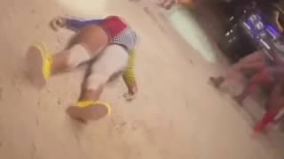 Mujer se rompe el cuello bailando twerk - the twerking  dead