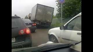 Обочинщик влетел(Грузовичок хотел объехать пробку перед переездом у Шереметьево-1 из Лобни по обочине. Но лучи поноса достиг..., 2012-06-14T20:59:25.000Z)