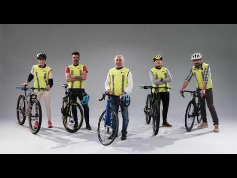 Unha campaña fomenta que os condutores respecten o metro e medio ao adiantar os ciclistas