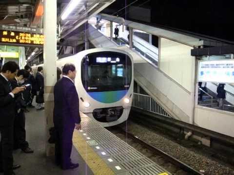 東村山駅で西武拝島線を乗る Boarding Seibu-Haijima Line at Higashi-Murayama Station 141028