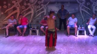 Танец живота танцует мужчина
