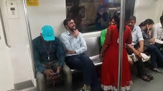 delhi metro ki Sharmnak ghatna ladki ne kiya kuch aisa  full on gaali