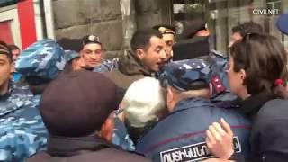 Ոստիկանները քաշքշում, խփում են քաղաքացիներին
